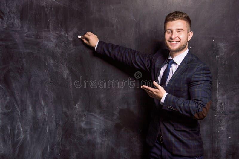 Powabny mężczyzna pisze z kredą zdjęcie stock