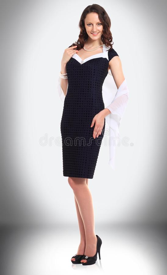 Powabny młody bizneswoman w czarnej sukni zdjęcia royalty free