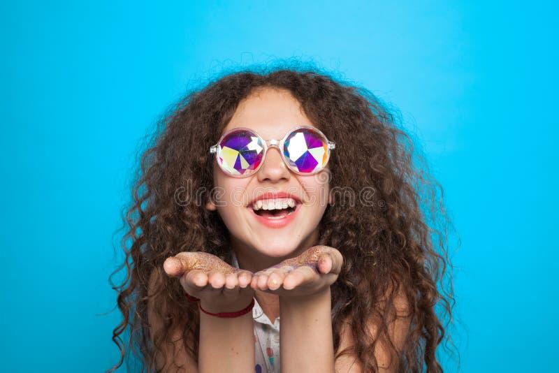 Powabny model w kreatywnie okularach przeciwsłonecznych obrazy stock