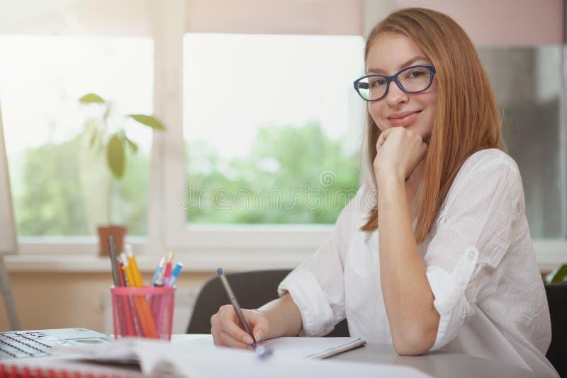 Powabny nastoletniej dziewczyny studiowanie przed egzaminami obraz stock