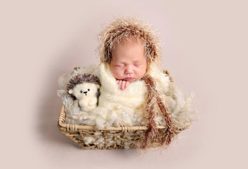 Powabny nowonarodzony dziecko śpi szczęśliwie z pyzatymi policzkami zdjęcia royalty free