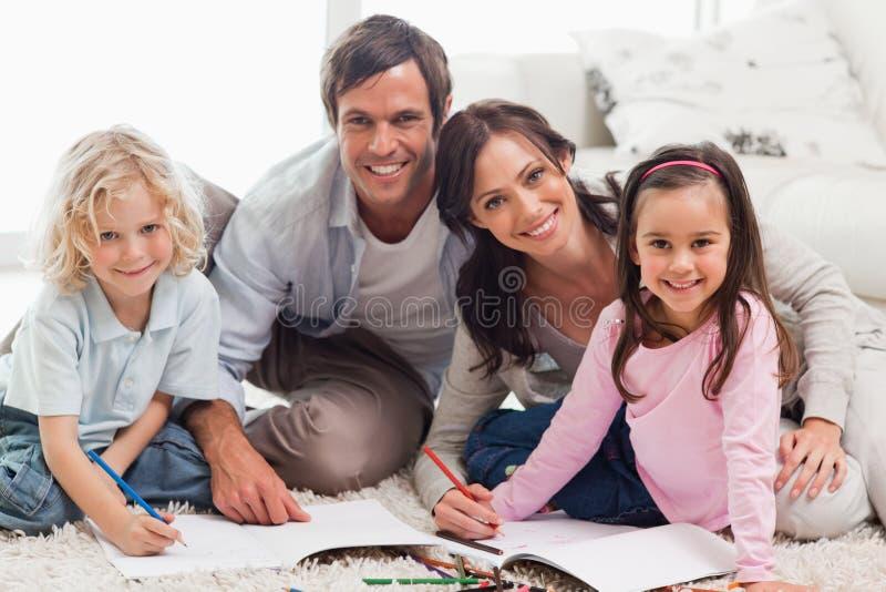 Powabny rodzinny rysunkowy wpólnie zdjęcia royalty free