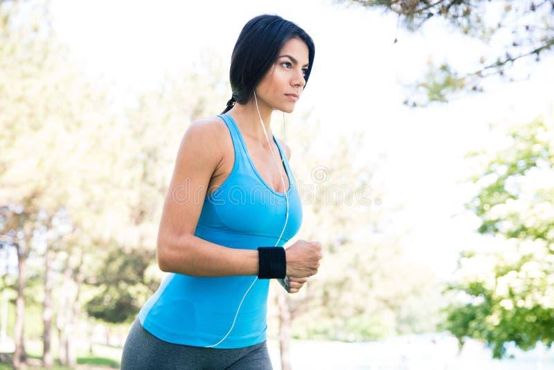 Powabny sporty kobieta bieg w parku zdjęcia royalty free