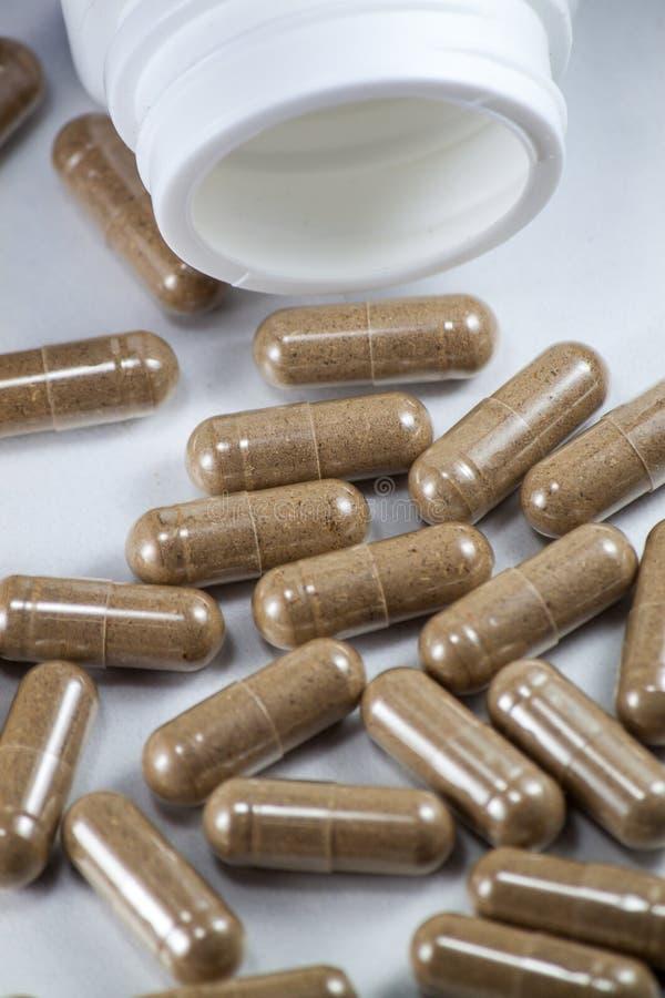 powder den fallande växt- medicinen för kapslar som ut öppnas, något arkivfoto