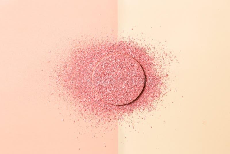 Powdered arrossisce su una spugna su doppio fondo del rosa e del beige fotografia stock libera da diritti