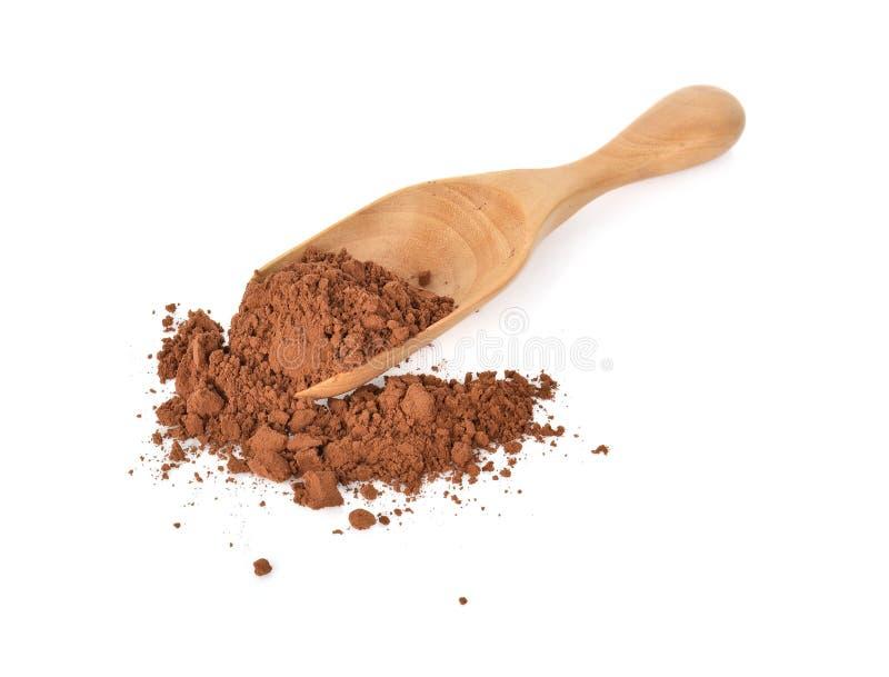 Powderl de cacao dans la cuillère en bois sur le fond blanc photos libres de droits