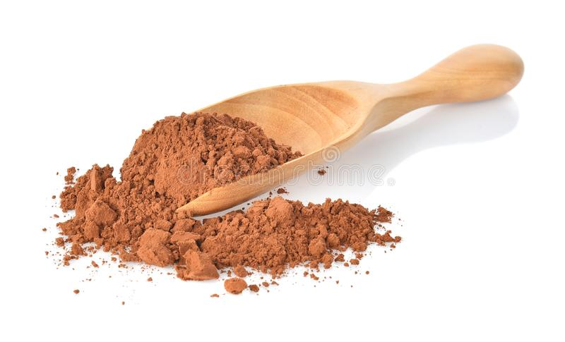 Powderl de cacao dans la cuillère en bois sur le fond blanc images stock