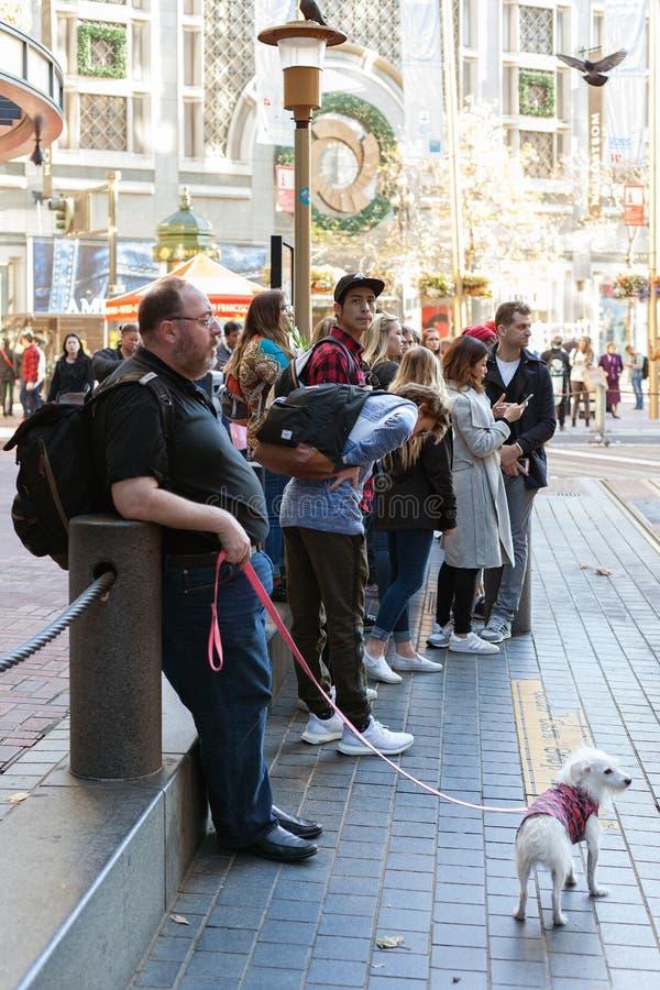 Powellstraat, San Francisco, Verenigde Staten - de Toeristen wachten op Kabelwagentram powell-Hyde, royalty-vrije stock foto