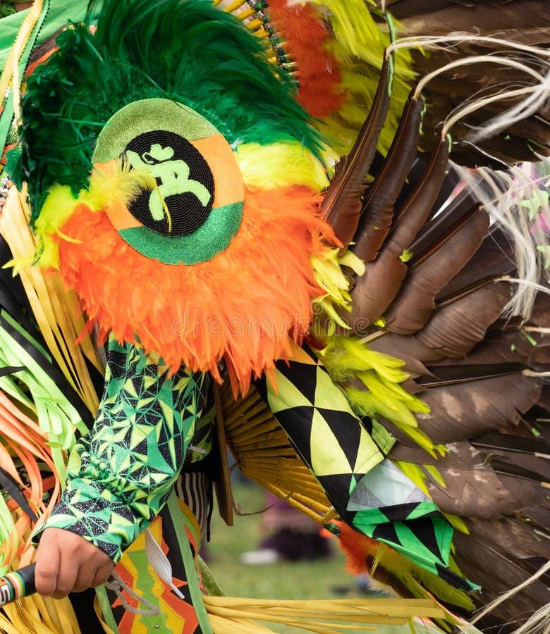 Powen överraskar dansaren med den prydde med pärlor armskölden med cowboyen Logo och fjädrar arkivbild