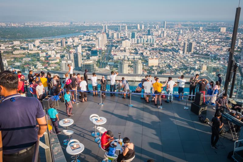 Power在第78楼屋顶上面的Mahanakorn Building国王的游人在曼谷,泰国 免版税库存照片