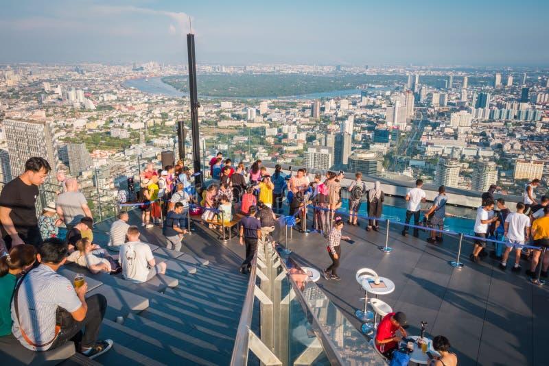 Power在第78楼屋顶上面的Mahanakorn Building国王的游人在曼谷,泰国 图库摄影