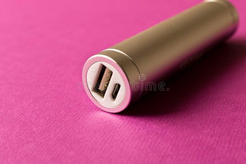 Powerbank de plata en fondo púrpura El concepto de electrónico imagen de archivo libre de regalías