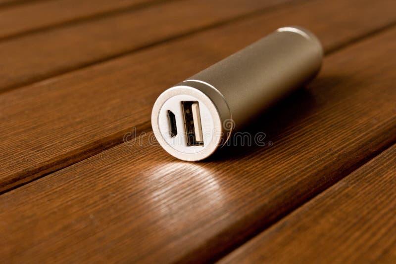 Powerbank de plata en la tabla de madera fotos de archivo libres de regalías
