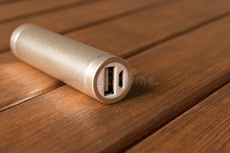 Powerbank de prata na tabela de madeira imagem de stock