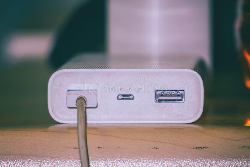 Powerbank pour les instruments de remplissage sur la table photo libre de droits