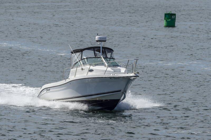 Powerboat που πλησιάζει στο εμπόδιο τυφώνα του Νιού Μπέντφορτ στοκ φωτογραφία με δικαίωμα ελεύθερης χρήσης