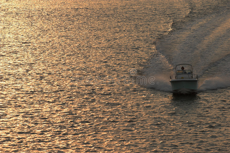 Powerboat al tramonto immagini stock libere da diritti