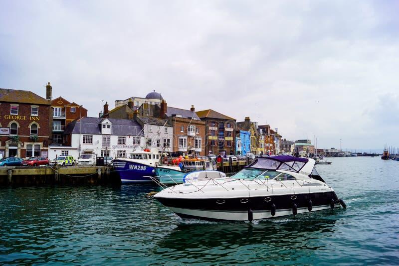 Powerboat no porto de Weymouth imagens de stock