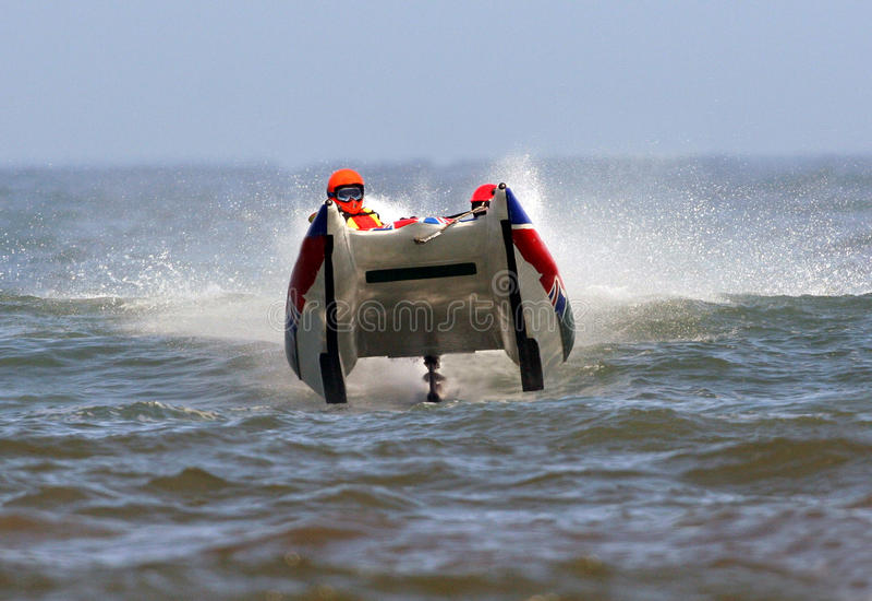 Powerboat que compite con en el océano foto de archivo