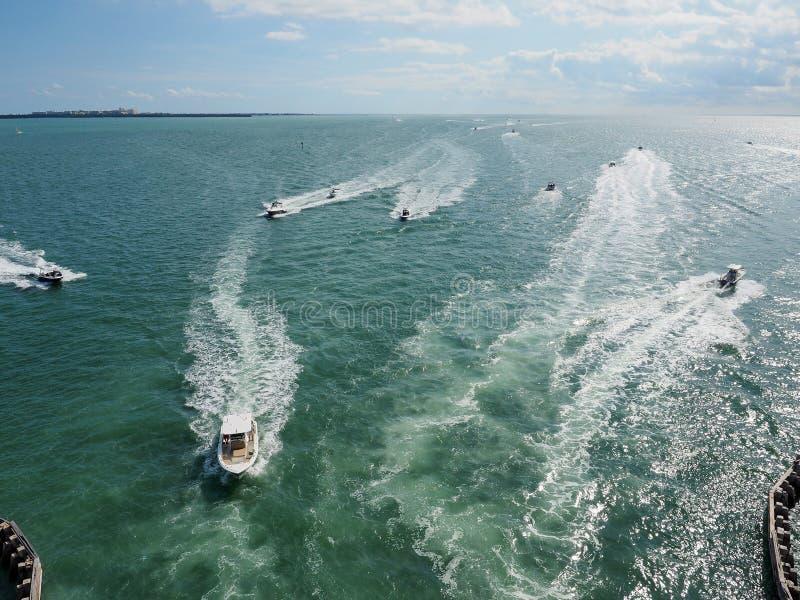 Powerboats i den Biscayne fjärden, Florida royaltyfri foto
