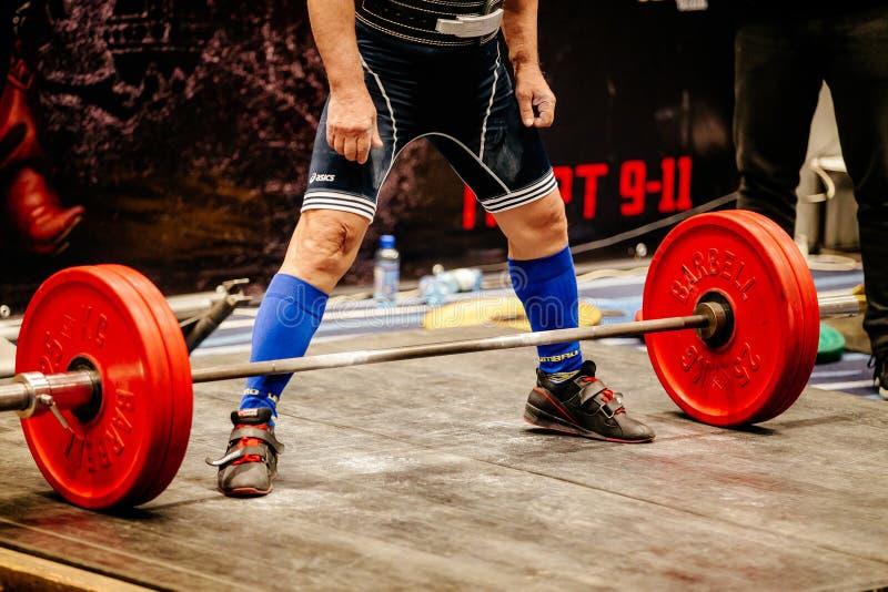 powerlifter bereidt de atleet oefening voor deadlift stock afbeelding