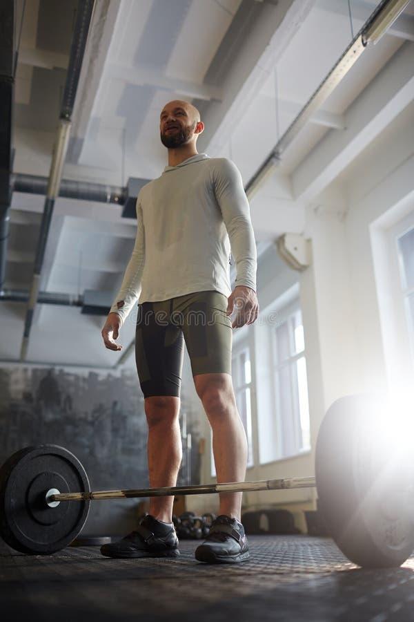 Powerlifter forte pronto para malhar com Barbell fotografia de stock royalty free