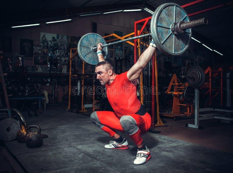 Powerlifter z silnymi rękami podnosi ciężary fotografia stock
