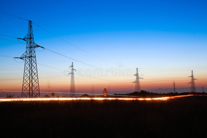 Powerlines elettrici al crepuscolo fotografie stock libere da diritti
