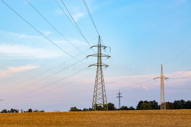 Powerlines op het gebied stock afbeelding