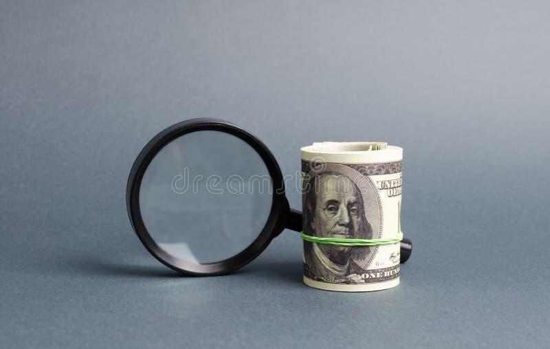 Powiększać - szkło i plik pieniądze Poj?cie gromadzi? fundusze, przyci?ga inwestycje Po?yczka czek z wyp?at?, nagl?ce po?yczki fotografia stock