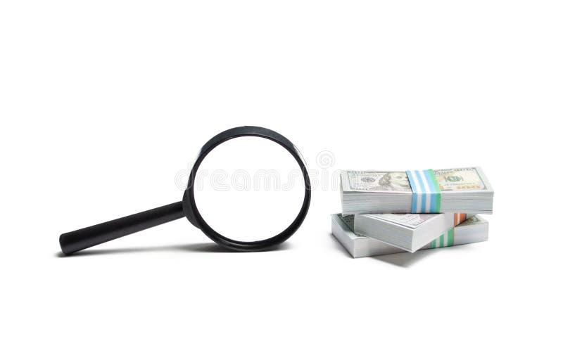 Powiększać - szkło i stos pieniądze Pojęcie gromadzić fundusze, przyciąga inwestycje Pożyczka czek z wypłatą, naglące pożyczki zdjęcie stock