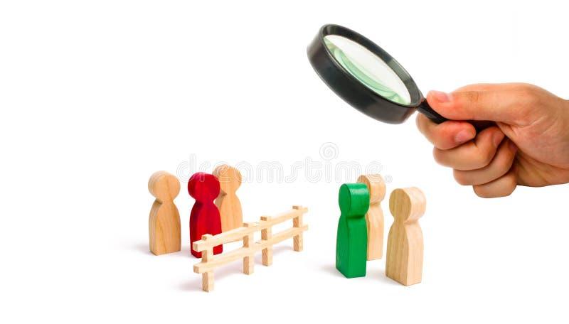 Powiększać - szkło jest przyglądający drewniani ogrodzenie podziały dwa grupy dyskutuje skrzynkę Wygaśnięcie i awaria powiązania fotografia stock