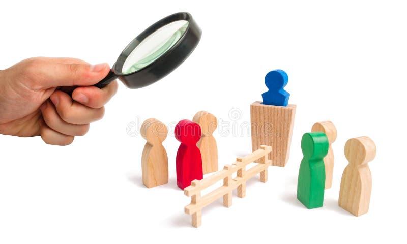 Powiększać - szkło jest przyglądający drewniani ogrodzenie podziały dwa grupy dyskutuje skrzynkę Wygaśnięcie i awaria powiązania zdjęcie stock