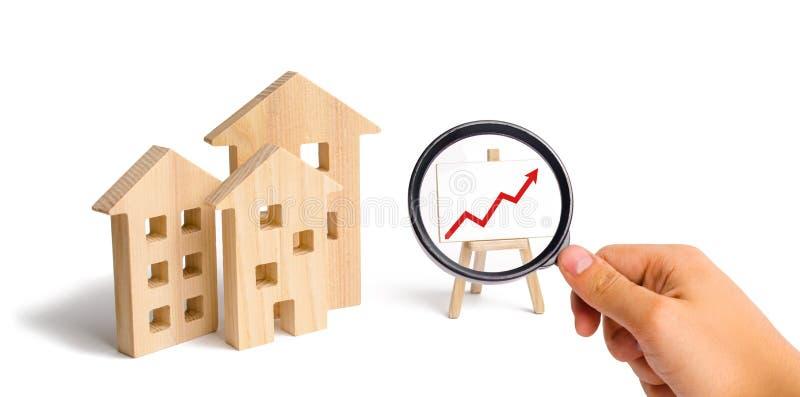 Powiększać - szkło jest przyglądający Drewniany domu stojak z czerwoną strzałą w górę Rosnący popyt dla mieścić i nieruchomości P obrazy stock