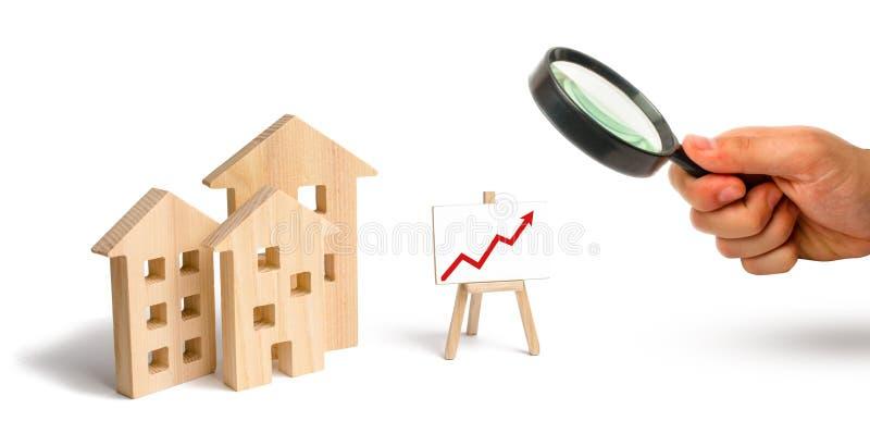 Powiększać - szkło jest przyglądający Drewniany domu stojak z czerwoną strzałą w górę Rosnący popyt dla mieścić i nieruchomości P fotografia stock