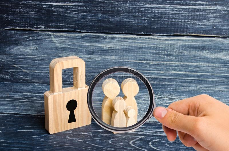 Powiększać - szkło jest przyglądający młoda rodzina z dziećmi stoi blisko drewnianej kłódki pojęcie silna rodzina obraz stock