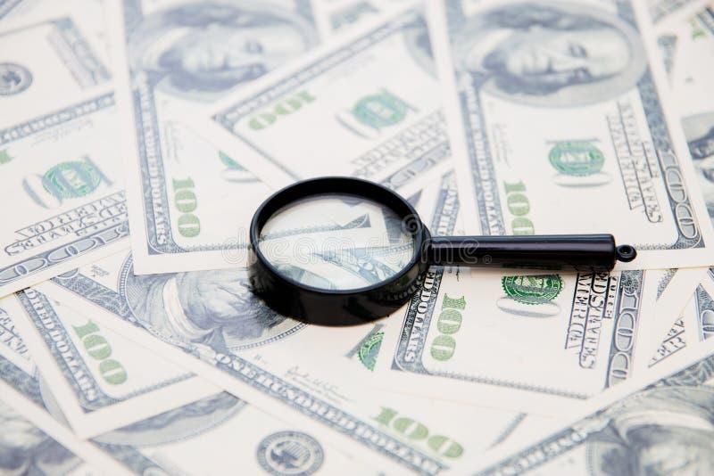 Powiększać - szkło na twój amerykańskim dolarowym rachunku jako tło obraz royalty free