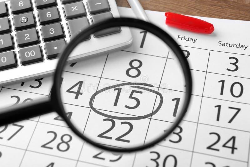 Powiększać - szkło nad kalendarzem zdjęcie royalty free