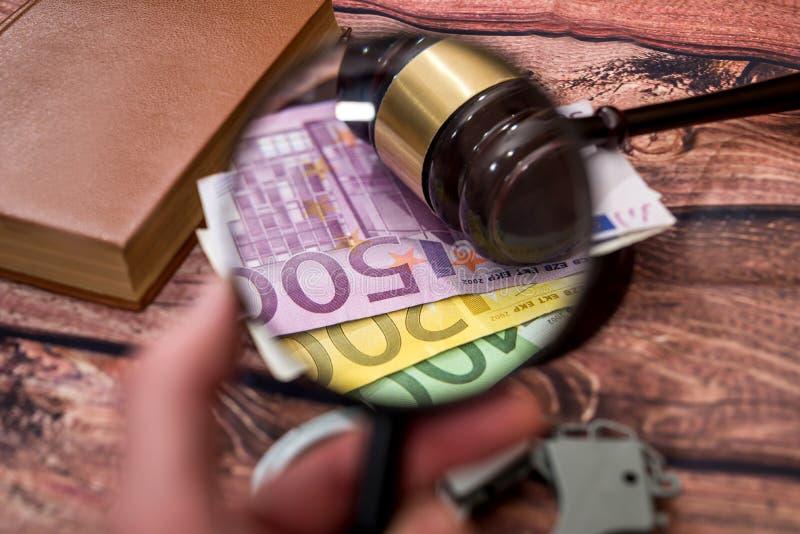 powiększający - szkło z euro, młot, kajdanki obrazy royalty free