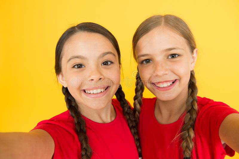 powiedz ser Dziecko dziewczyny bierze fotografię Dziecko dzieciaków szczęśliwe twarze Wideo wywo?awczy poj?cie Wideokonferencja k obrazy royalty free