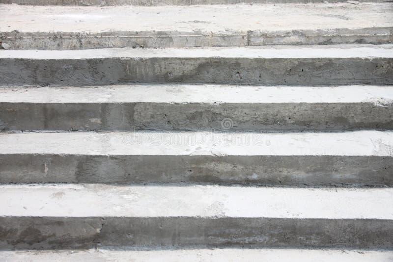 Powierzchnia betonowy schody w budynku. obrazy royalty free