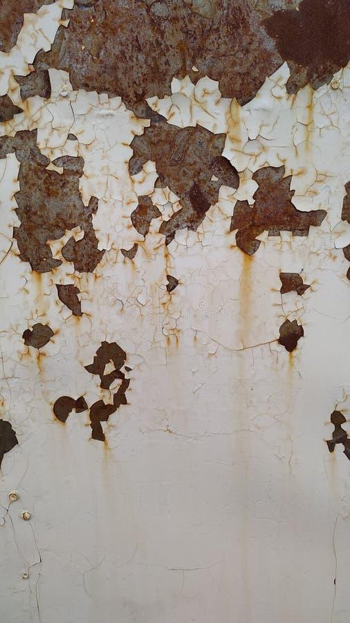 Powierzchnia maluje z białą farbą na górze rdzy rdzy tła fotografia stock