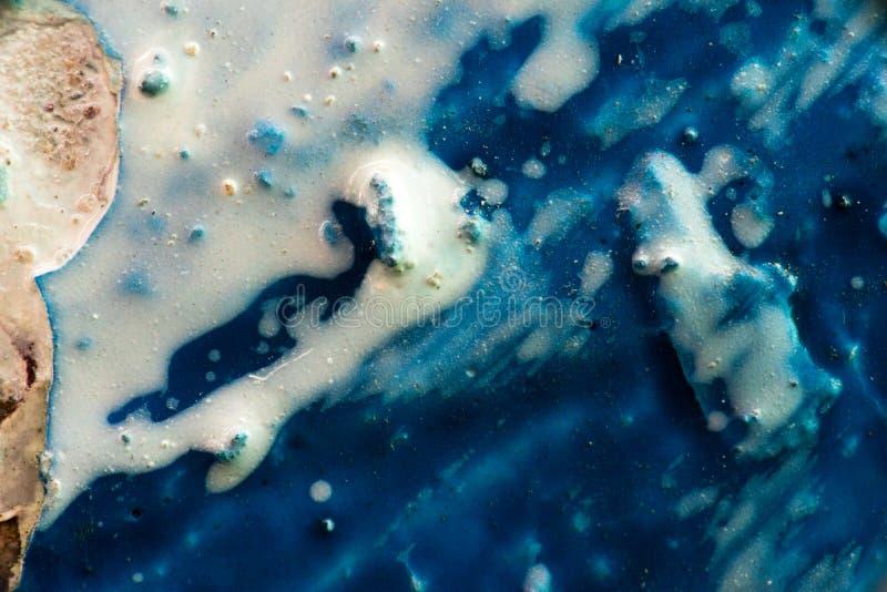 Powierzchnia maluje z białą i błękitną farbą z układem scalonym, Makro- fotografia royalty free
