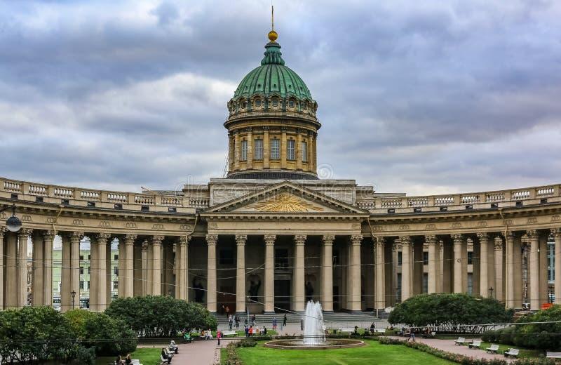 Powierzchowność Kazan Katedralny Nevsky Prospekt z kształtującą kolumnadą i fontanną przed nim w Świątobliwym Petersburg Rosja zdjęcie royalty free