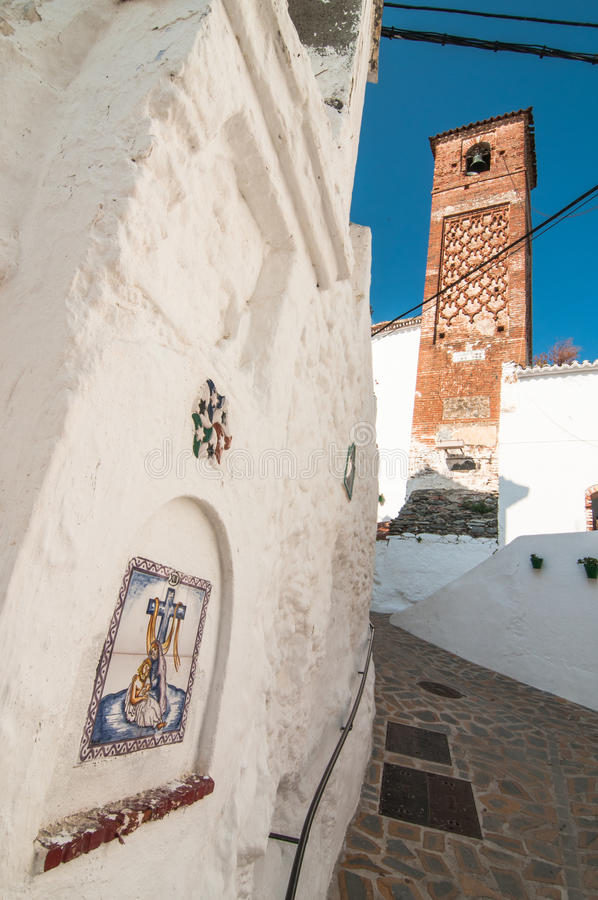 Powierzchowność kościelny i dzwonkowy wierza w Axarquia zdjęcie stock