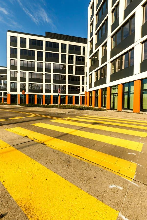 Powierzchowność nowi budynki mieszkaniowi w nowożytnym sąsiedztwie Nie zdjęcia stock