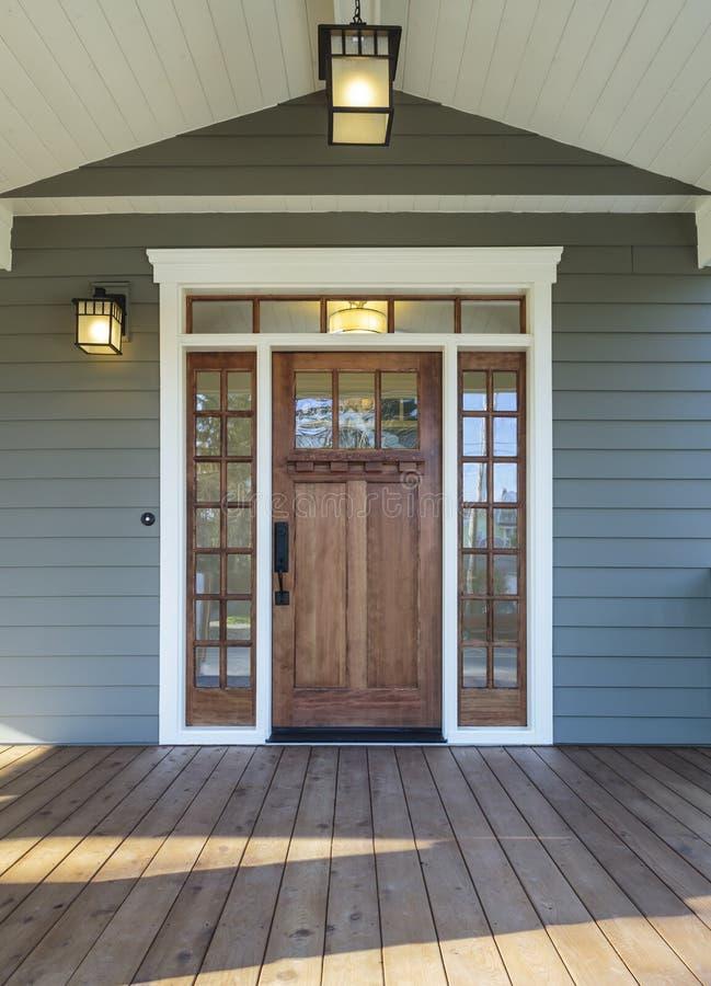 Powierzchowność strzelająca Drewniany dzwi wejściowy zdjęcie stock