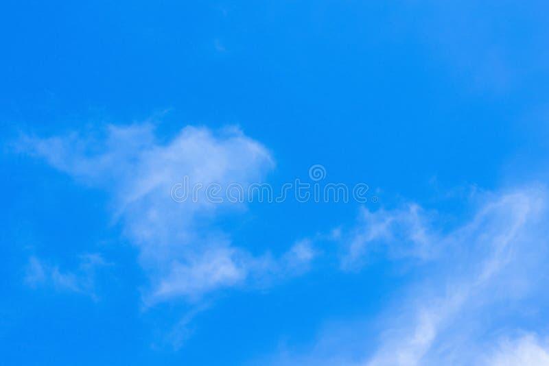 Powietrze chmurnieje w niebieskim niebie zdjęcie royalty free