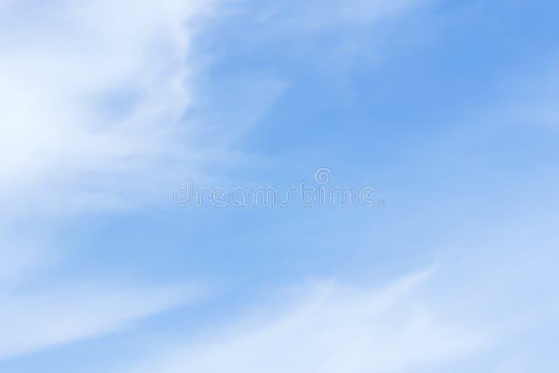 Powietrze chmurnieje w niebieskim niebie obraz stock