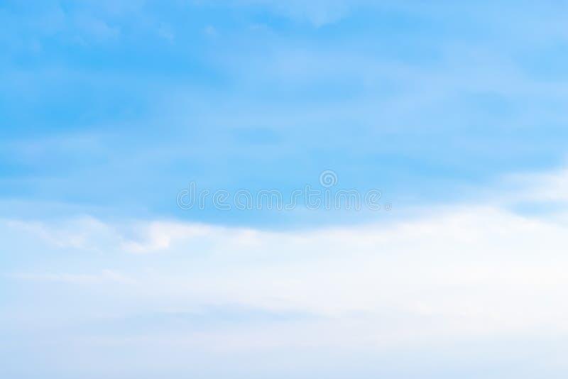 Powietrze chmurnieje w niebieskim niebie obrazy stock